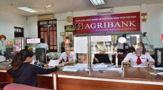Chuẩn bị xong bộ hồ sơ, bạn đến ngân hàng làm thủ tục vay vốn ngân hàng Agribank
