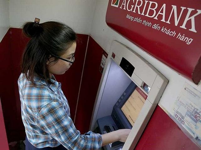 Bạn đút thẻ ATM vào máy