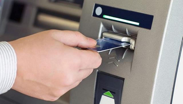Thực hiện rút tiền tại cây ATM Sacombank