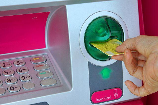 Đút thẻ ATM vào khe cây ATM